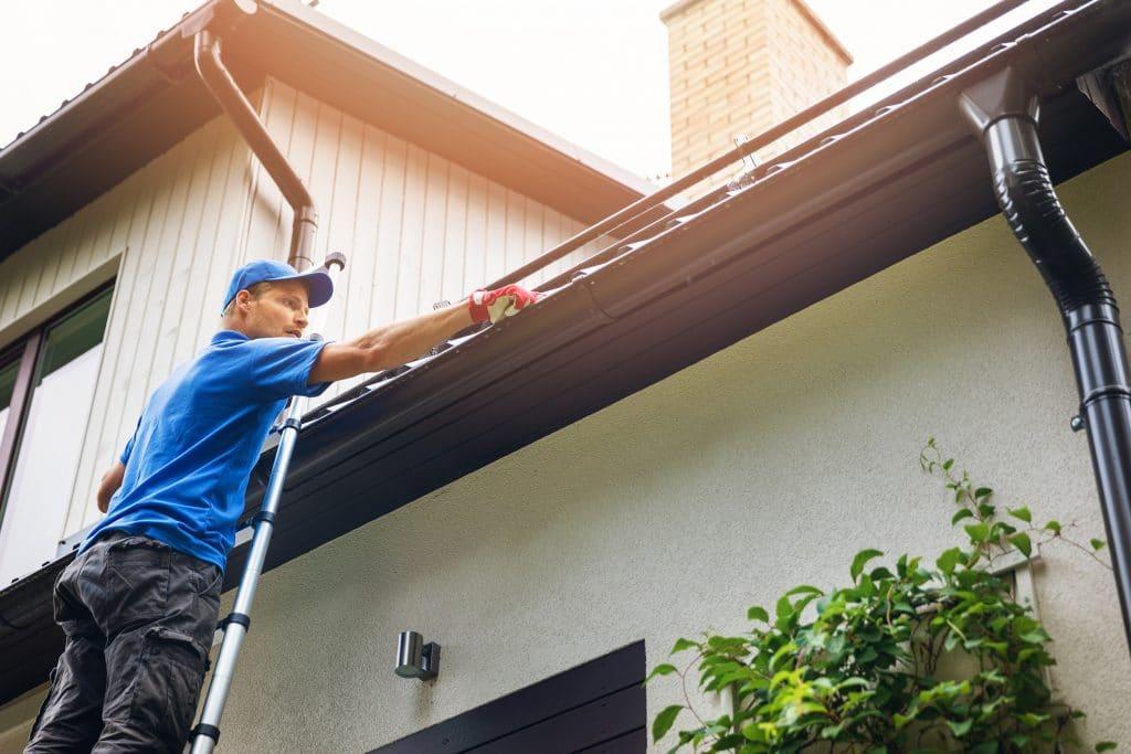 Mann reinigt dach